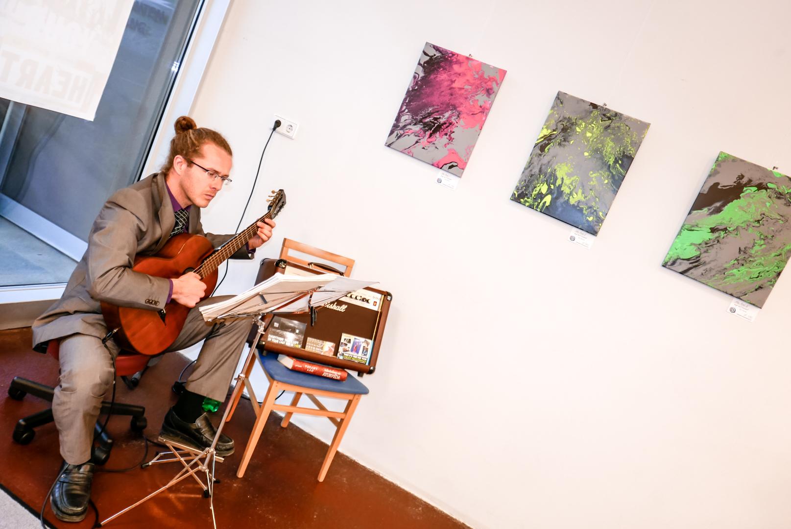 Günther in voller Konzentration beim Gitarrenauftritt